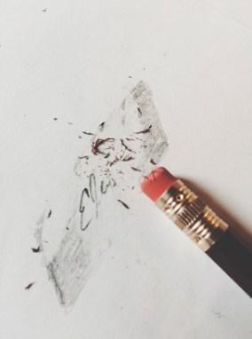 Стирает карандашом