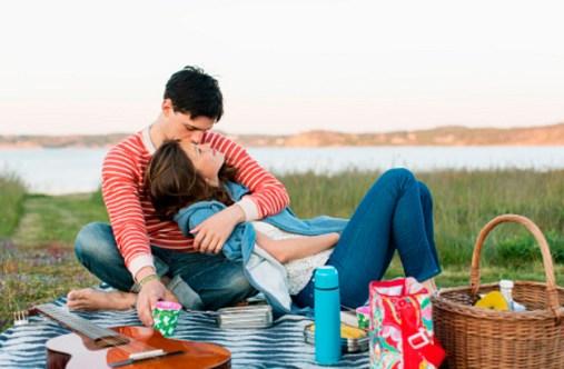 на пикнике девушка и парень