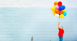 Мальчик держит воздушный шар