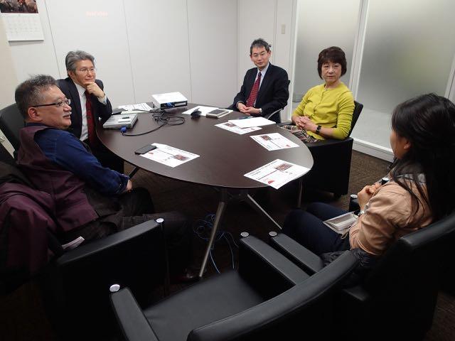 参加者からの質問を聞く内藤さん(左から2人目)