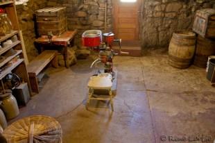 Le garde-manger d'origine et son écrémeuse achetée au prix de 90 $ au 19e siècle.