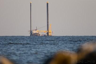 Plate-forme pétrolière en route vers son puits