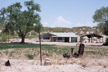 Maison typique du Texas rural. Les travailleurs des plantations ou ranches autour y habitent; quand ce n'est pas dans des maisons mobiles délabrées ou petites roulottes.
