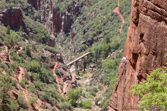 Dans le sentier North Kaibab, vue du sentier vers le bas, après 3 km de marche.