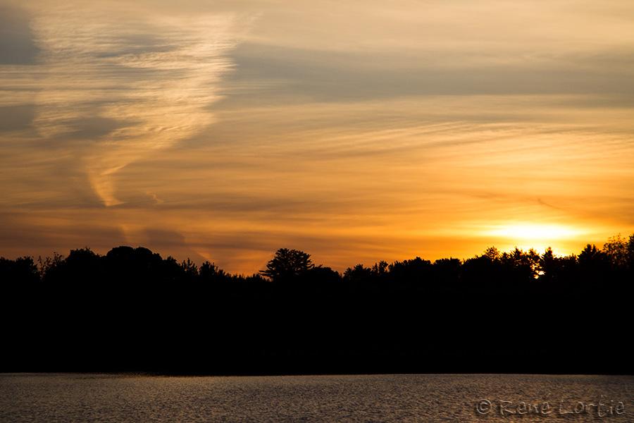 Coucher de soleil au camping Bell's Point Beach dans la réserve autochtone où je me trouve