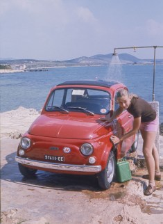"""Un """"car wash"""" un peu spécial dans un camping désert de Yougoslavie"""