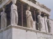 Caryatides - statue de femme souvent vêtue d'une longue tunique, soutenant un entablement sur sa tête, remplaçant ainsi une colonne, un pilier ou un pilastre, elles apparaissent essentiellement sur les édifices d'ordre ionique. Celles-ci figurent sur le baldaquin de l'Érechthéion, sur l'Acropole.