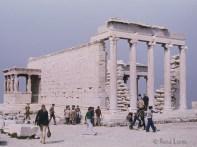 Erechtheion Temple d'ordre ionique situé sur l'Acropole d'Athènes, au nord du Parthénon. C'est le dernier monument érigé sur l'Acropole avant la fin du Ve siècle av. J.-C. Renommé pour son architecture à la fois élégante et inhabituelle.