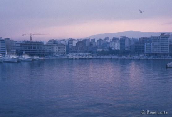 Le port du Pirée à l'aube vu du bateau en provenance de Crète.