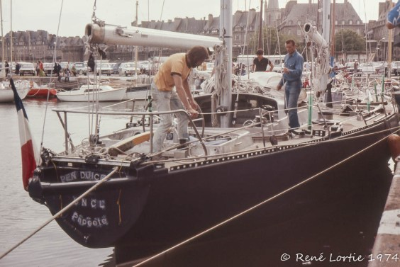 Éric Tabarly (jeans bleu) sur son Pen Duick au port de Saint-Malo