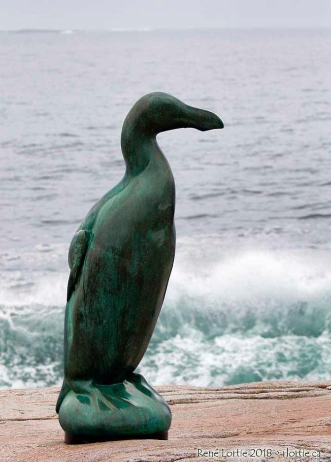 La sculpture Great Auk (Grand pingouin), oiseau aujourd'hui disparu. Artiste : Todd McGrain. Joe Batt's Point (sentier côtier de 3 km pour s'y rendre).