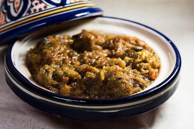 Enalada de berenejenas especiada con salsa de tomate