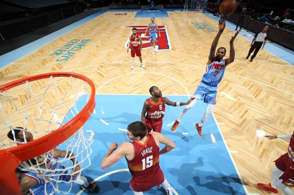 Kevin Durant # 7 de los Brooklyn Nets dispara el balón durante el partido contra los Denver Nuggets el 12 de enero de 2021 en el Barclays Center de Brooklyn, Nueva York. (Foto de Nathaniel S. Butler / NBAE a través de Getty Images / AFP)