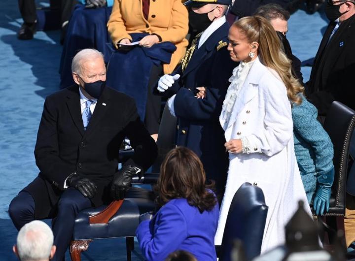 La cantante Jennifer López durante la ceremonia de juramentación de Joe Biden como el presidente número 46 de Estados Unidos, en Washington, este 20 de enero de 2021. EFE/Saul Loeb