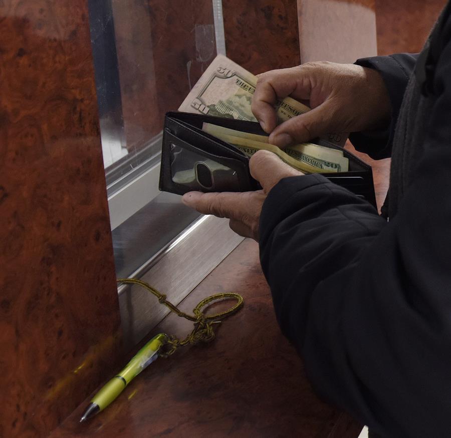Fotografía de archivo de inmigrantes de El Salvador que envían remesas a sus familiares en los centros de casa de cambios y transferencias del centro de Washington DC. (EE.UU). EFE/LENIN NOLLY/Archivo
