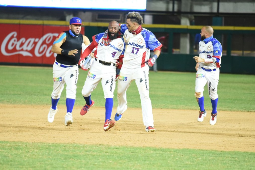 Carlos Paulino disparó el batazo ganador que metió a los dominicanos en la final. (FOTO: Fuente Externa)