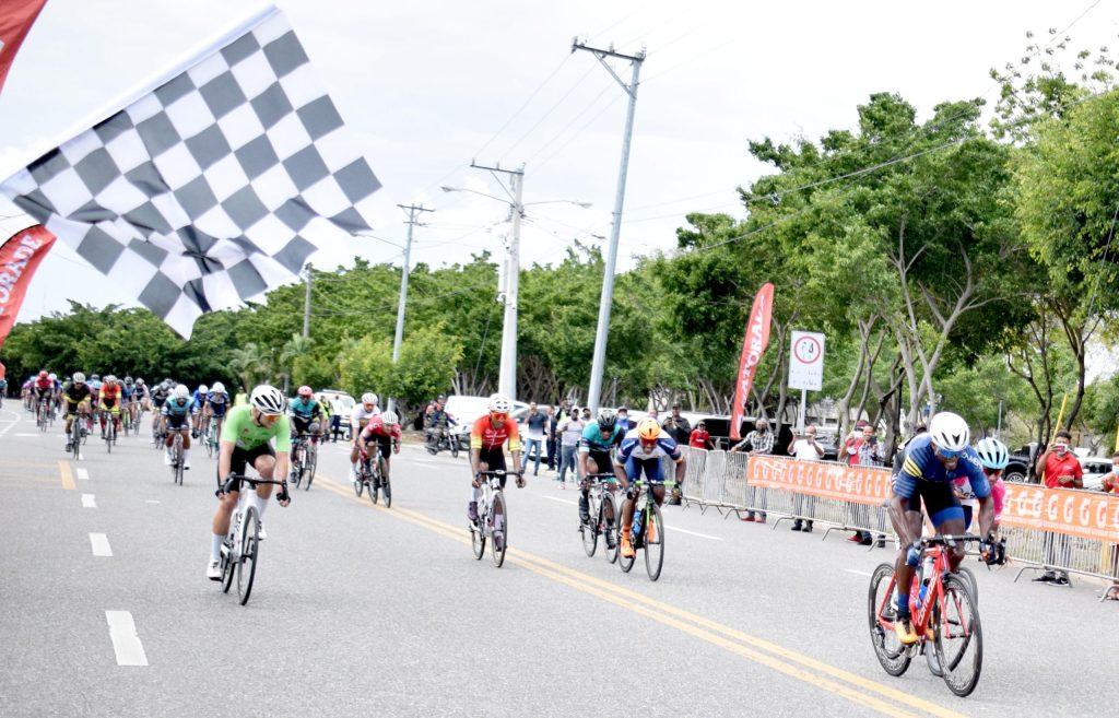 Jonathan Ogando al momento de cruzar a la meta en la primera posición de la segunda etapa de la edición 42 de la Vuelta Ciclista Independencia.  (FOTO: Fuente Externa)