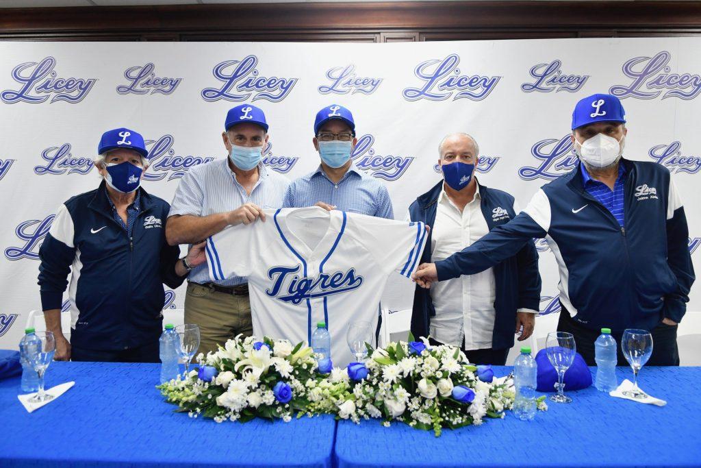 Carlos José Lugo (centro) recibe una chaqueta del Licey de los directivos presentes. Desde la izquierda, Rafael Úbeda, el presidente Domingo Pichardo, Lugo, Miguel Ángel Fernández y Jaime Alsina. (Foto: Prensa Licey)