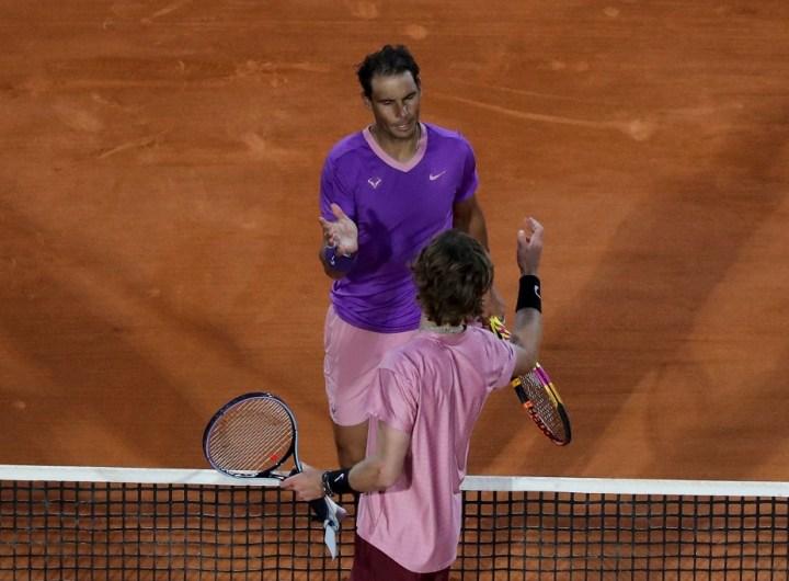 El español Rafael Nadal felicita al ruso Andrey Rublev después del partido.  (Foto: Valery HACHE / AFP)