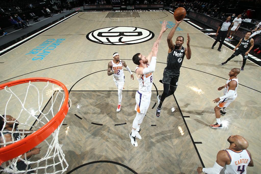Kevin Durant, #7 de los Brooklyn Nets, realiza una ofensiva contra los Phoenix Suns.  (Foto: Nathaniel S. Butler / NBAE / Getty Images / Getty Images via AFP)