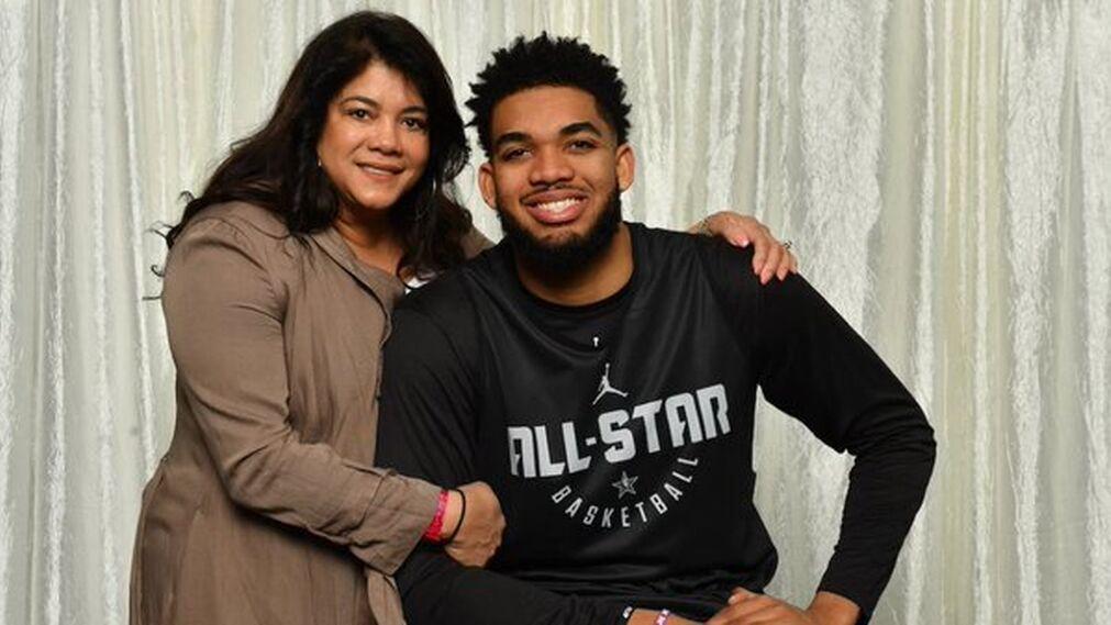 Karl-Anthony Towns junto a su madre Jackeline Cruz. (Foto: Fuente Externa)