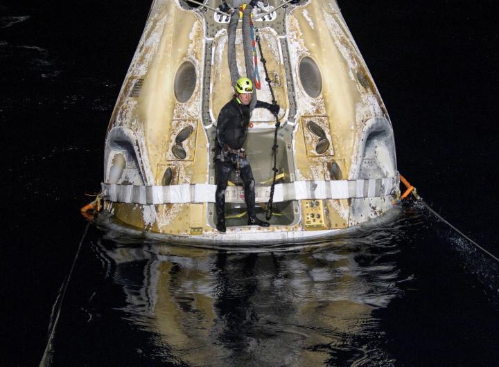 Imagen cedida por la NASA que muestra parte de la cápsula Resilience tras aterrizar en el Golfo de México, cerca de Panama City, en el noroeste de Florida (EEUU), este 2 de mayo de 2021. EFE/EPA/BILL INGALLS/NASA
