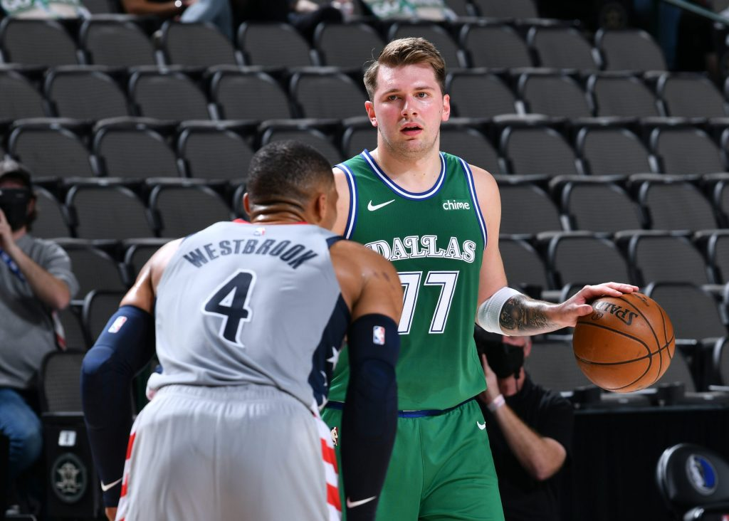Luka Doncic, #77 de los Dallas Mavericks, y Russell Westbrook, #4 de Washington Wizards, se midieron en un bonito duelo.  (Foto: NBA Latam)