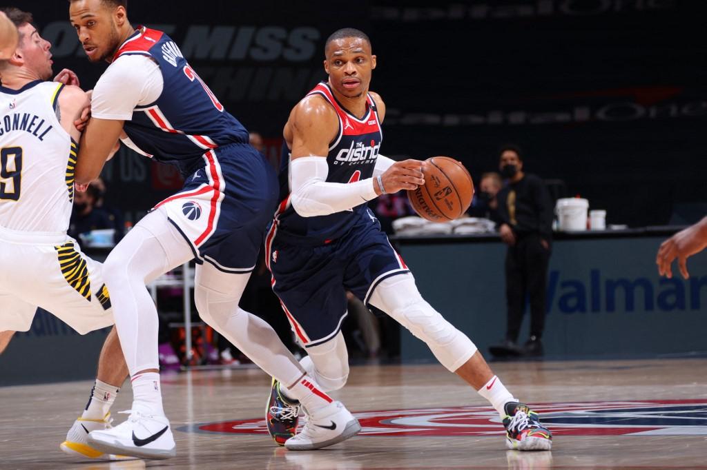 Russell Westbrook, #4 de los Washington Wizards, se desplaza con el balón en una ofensiva.   (Foto: Ned Dishman / NBAE / Getty Images / Getty Images via AFP)