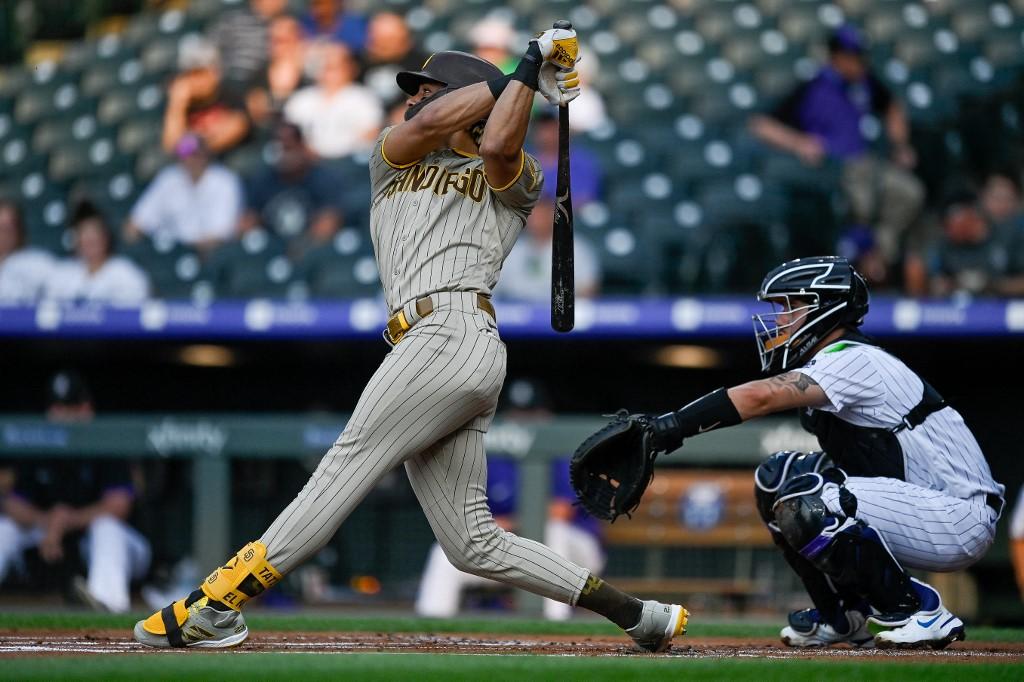 Fernando Tatis Jr., #23 de los San Diego Padres , dispara su jonrón de dos carreras.  (Foto: Dustin Bradford/Getty Images/AFP)