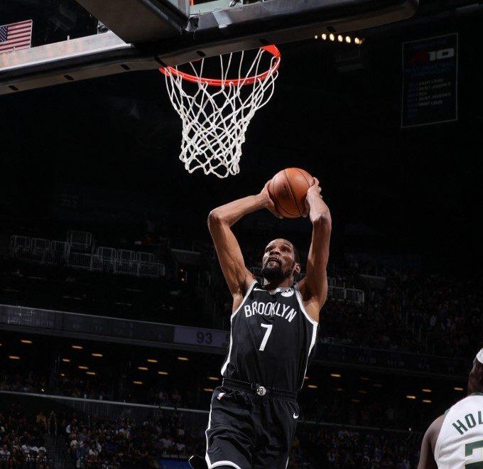 Kevin Durant, #7de los Brooklyn Nets, va al canasta para anotar un donqueo.   (Foto: Nathaniel S. Butler / NBAE / Getty Images / Getty Images via AFP)