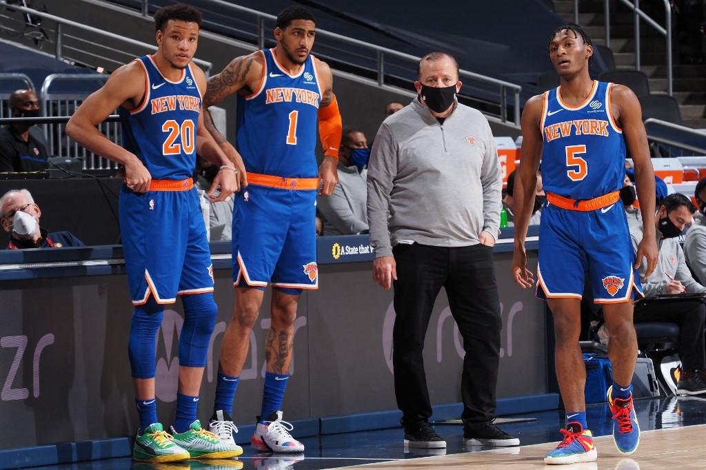 El dirigente de los Knicks Tom Thibodeau junto a alguno de sus jugadores.  (Foto: Ron Hoskins / NBAE / Getty Images / Getty Images via AFP)