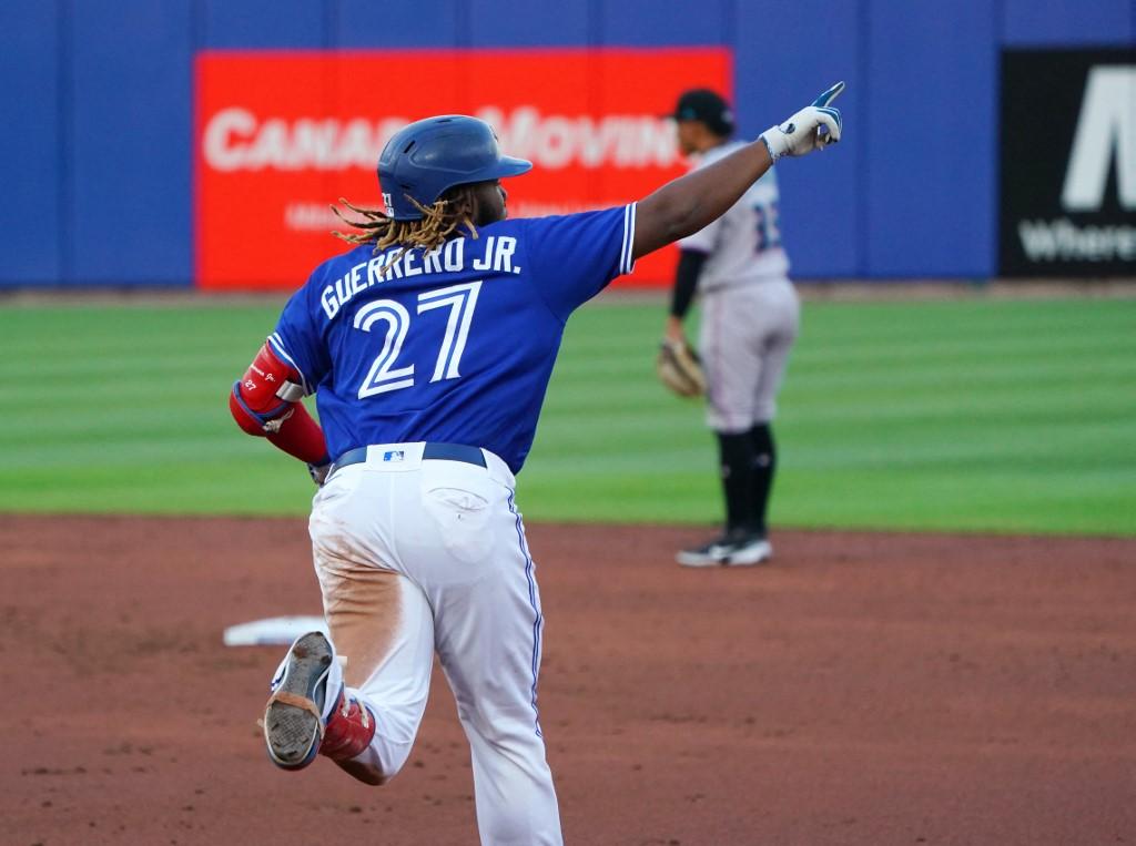 Vladimir Guerrero Jr., #27 de los Toronto Blue Jays, celebra su jonrón. (Foto: Kevin Hoffman/Getty Images/AFP)