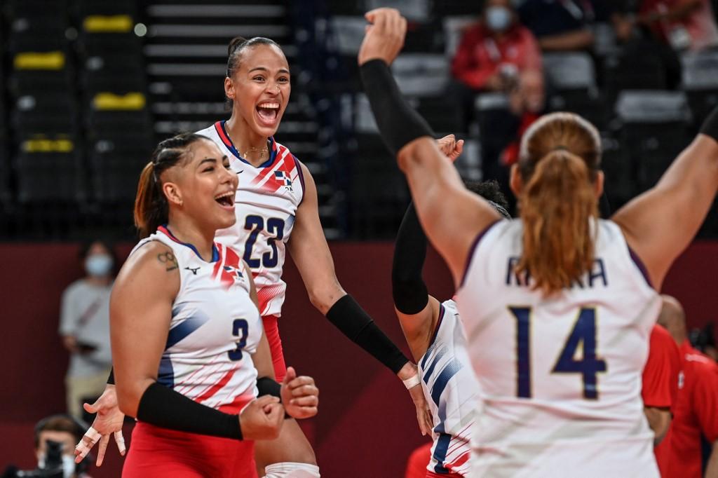 Lisbeth Eve Mejía (#3), Gaila González #23) y la capitana Prisilla Rivera (#14) celebran la victoria.  (Foto: JUNG Yeon-je / AFP)