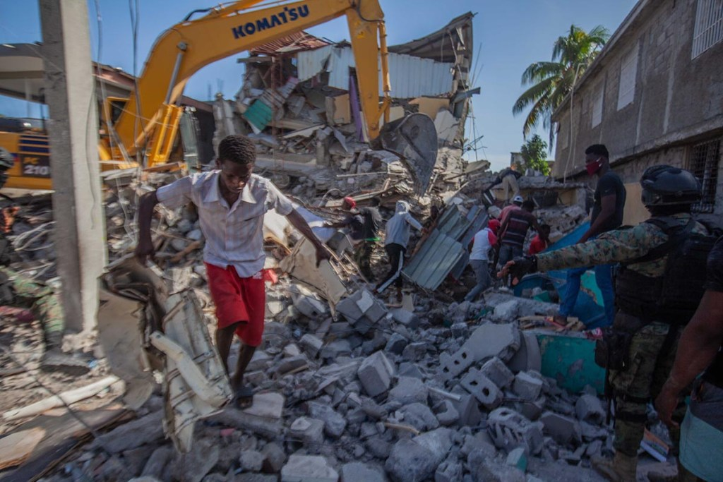(210816) -- LES CAYES, 16 agosto, 2021 (Xinhua) -- Imagen del 15 de agosto de 2021 de un hombre caminando sobre los escombros de un edificio daÒado despuÈs de un terremoto, en Les Cayes, HaitÌ. AumentÛ a 1.297 el n˙mero de muertos por el terremoto de magnitud 7,2 ocurrido el s·bado en HaitÌ, informÛ el domingo el coordinador de ProtecciÛn Civil haitiano, Jerry Chandler. (Xinhua/Richard Pierrin) (rpn) (sm) (ra) (vf)