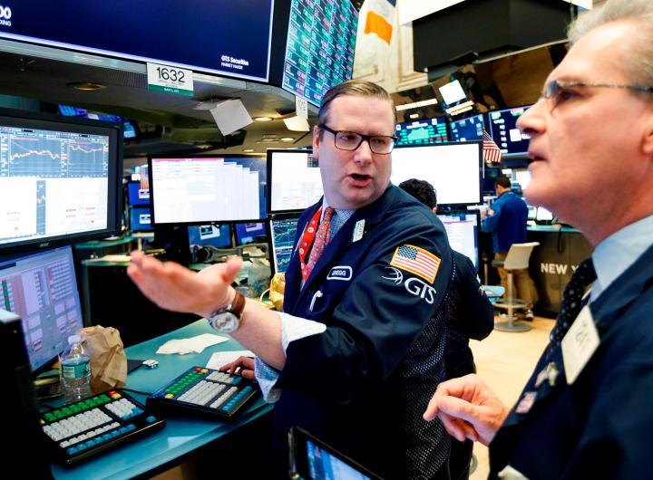 Corredores trabajan en la Bolsa de Nueva York, en una fotografía de archivo. EFE/Justin Lane