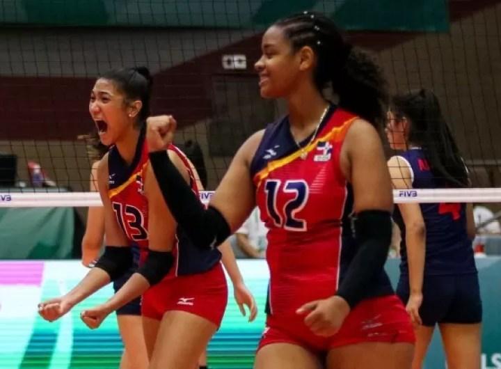 Las dominicanas celebran su primer triunfo en el Mundial U-18 de voleibol femenino en Durango, México.