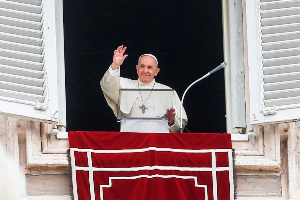 El papa Francisco mostró hoy su cercanía y solidaridad a los afectados por el volcán de Cumbre Vieja, en la isla española de La Palma, al término del rezo dominical del Angelus en la plaza de San Pedro del Vaticano. EFEEPAFABIO FRUSTACI