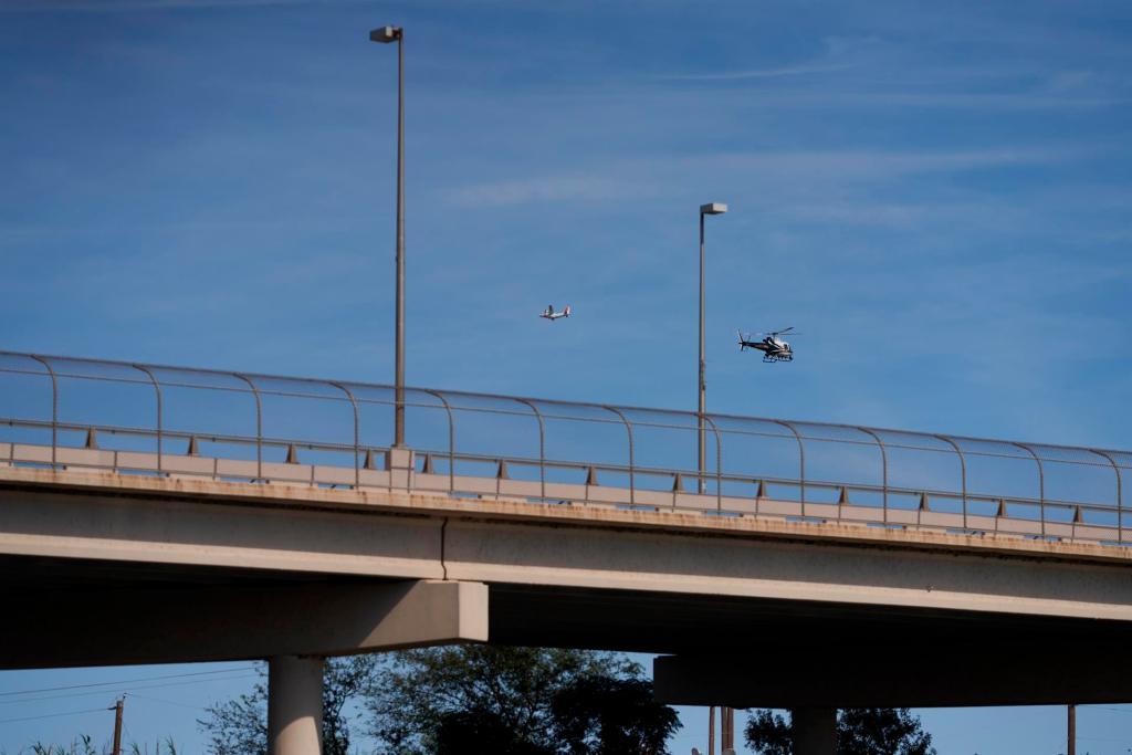 Vista de la Guardia Costera de EE.UU., sobrevolando el puente internacional que una a Acuña (México) con Del Río (EE.UU.), el 22 de septiembre de 2021. EFE/Allison Dinner