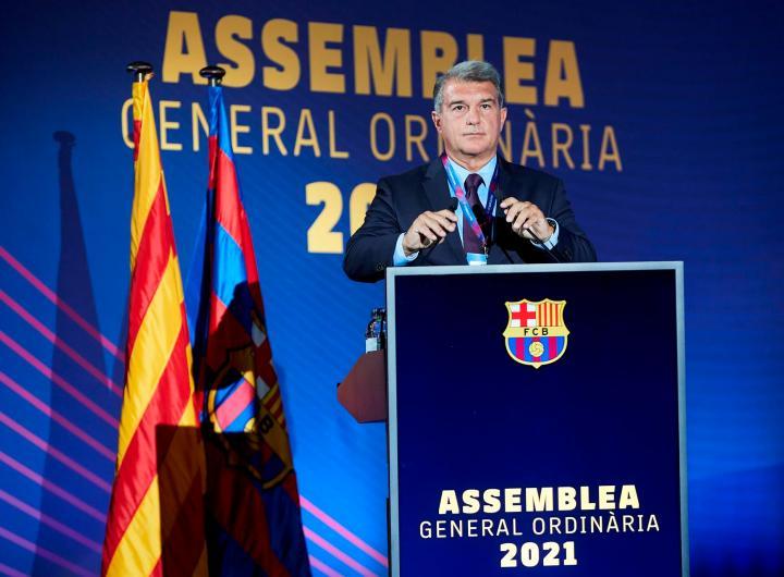 El presidente del FC Barcelona, Joan Laporta, durante la asamblea de compromisarios celebrada el domingo en el Palau Blaugrana.  (Foto: EFE/Alejandro García)