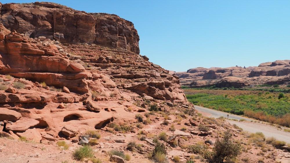Beim Trailhead zum Longbow Arch und den Poison Spyder Petroglyphen Panels