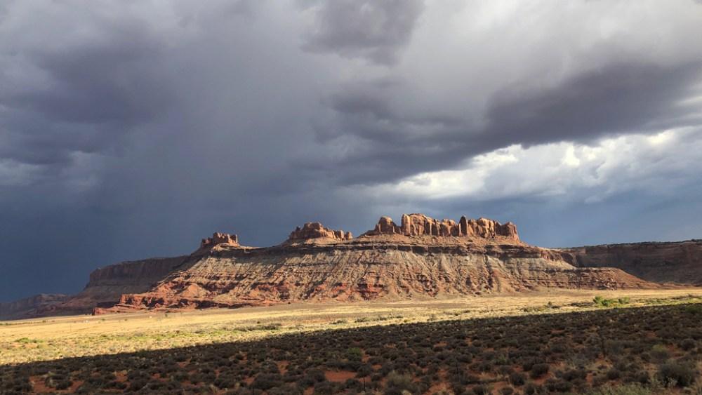 Dunkle Wolken über dem Highway 313 auf dem Weg zum Canyonlands National Park
