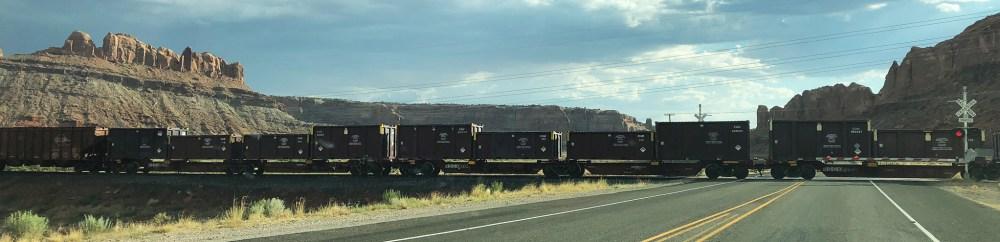 Zug fährt über den Highway 313 auf der Fahrt zum Canyonlands National Park