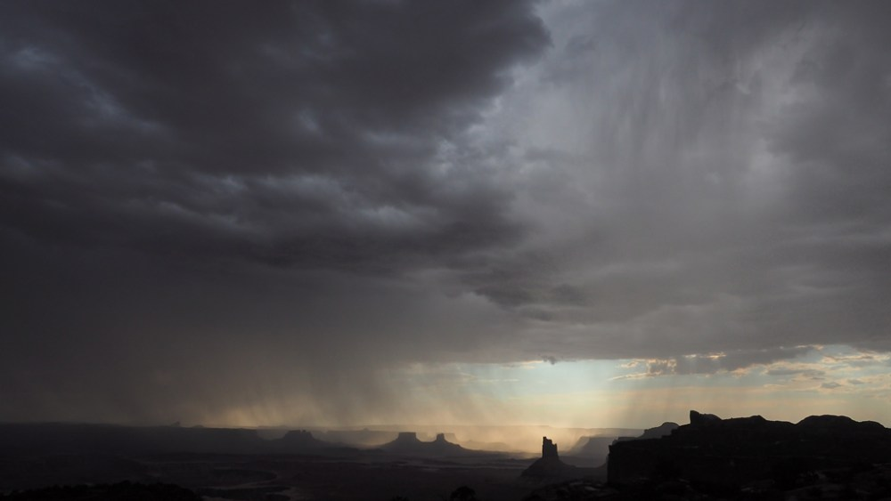 Wetterkapriolen beim Orange Cliffs Overlook im Canyonlands National Park
