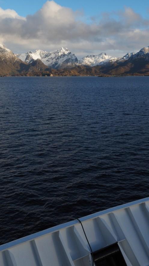 Die Lofoten in Fahrtrichtung Trollfjord