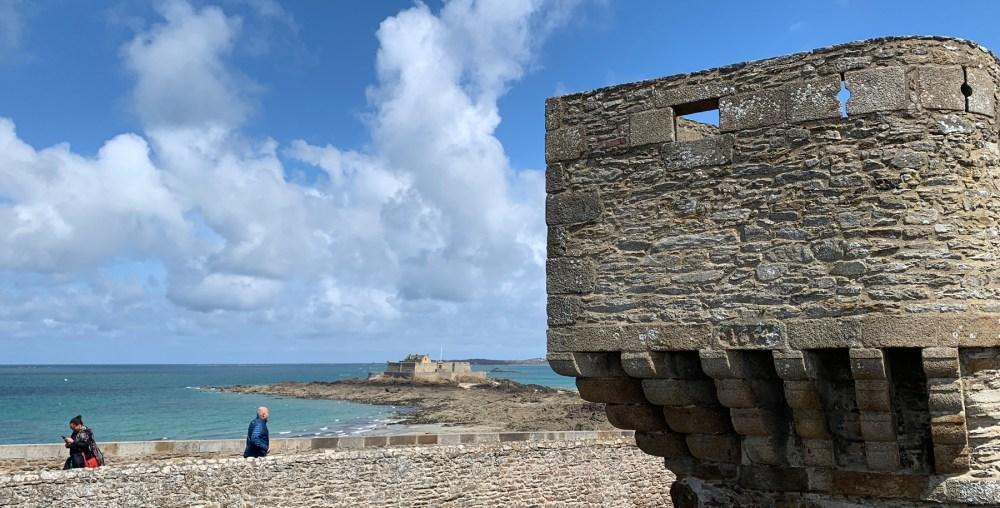 Wehrmauer von Saint Malo mit Blick zum Fort National