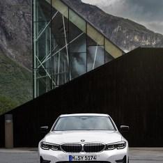 2019-BMW-3-Series-330i-330xi-61