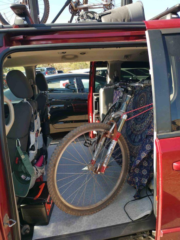 Vélo dans la van avec le kit de conversion RoadLoft