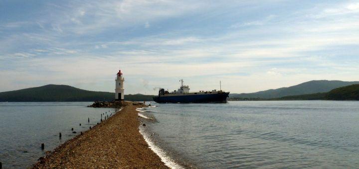 Корабль проходит пролив Босфор Восточный мимо Токаревского маяка