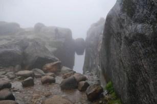 Kjeragbolten bei Regen und Nebel