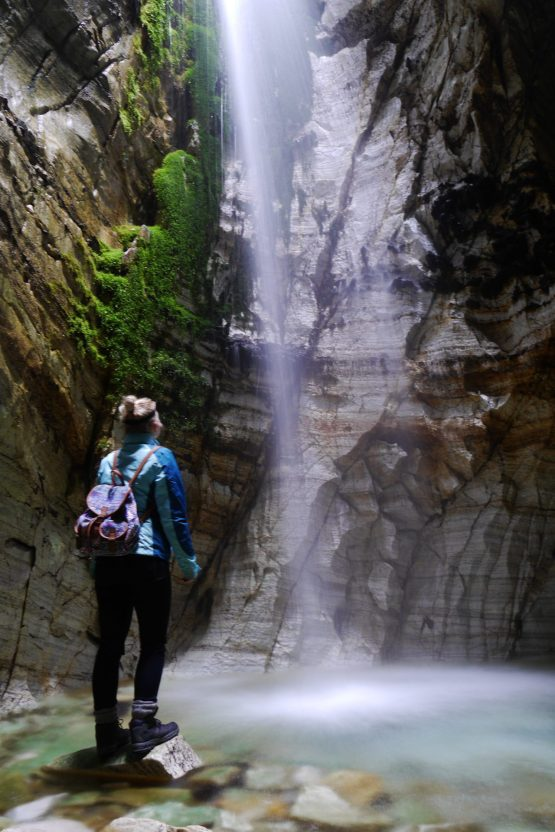 Trollkirka Wasserfall in der Höhle